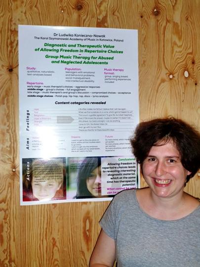Ludwika Konieczna-Nowak przy swoim plakacie